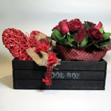 Red roses and a wooden heart in a large wooden box / Κοκκινα τριαντάφυλλα και καρδιά μέσα σε ξύλινο καφάσι